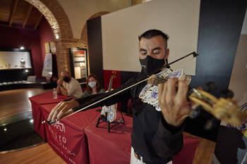 Así suena el violín de cerámica de Talavera