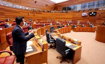El portavoz socialista, Luis Tudanca, interpela al presidente de la Junta sobre la lucha autonómica contra la pandemia.