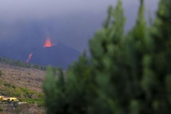 La lava se desborda del cono principal del volcán