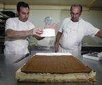 Los hermanos Rafael y Ángel Mesonero Martín, de Pastelería Vitín,  durante la elaboración ayer de la tarta de la Virgen de San Lorenzo para la degustación popular de hoy en Valladolid.