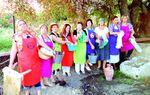 LOMAS DE CAMPOS: Estas vecinas de Lomas de Campos quieren tributar un homenaje a aquellas lavanderas que tenían que buscar el agua, frotar con energía la ropa y cargar con mucho peso, pero que no perdían la sonrisa. foto:dp