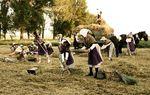 VILLADA: Representación de la siega, trabajo que antiguamente era realizado por grupos de gente,en su mayoría mujeres, con aperos como el trillo, las hoces y el carro tirado por la mula.