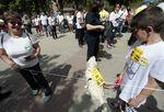 """Cadena humana de La Pilarica para protestar por sus 250 días """"aislamiento""""."""