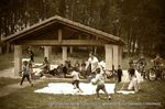 Está visto que con los niños no hay quien pueda. En esta recreación del tiempo de las lavanderas, los peques juegan sin reparar en la ropa blanca tendida al sol.