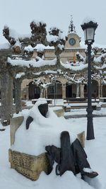 El músico de la plaza de #Villarcayo se cubre de manto blanco para paliar el frío