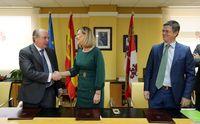 La consejera de Economía y Hacienda preside la firma de la venta de parcelas del polígono a Seur