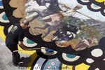 Sales de colores, conchas de mejillón troceadas, lentejas teñidas, mazorcas troceadas, arenas molidas, 20.0000 claveles y 10.000 margaritas, hasta césped recién cortado del estadio de fútbol Carlos Belmonte y, por supuesto, serrín, mucho serrín.