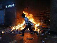 Miles de hongkoneses toman las calles para protestar contra ley anti-máscaras