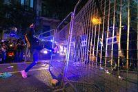 Miles de personas convocadas por los CDR, se manifiestan por el centro de Barcelona