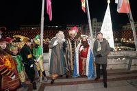 Los Reyes Magos posan con el alcalde.