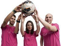 Jugadas por la solidaridad. El atleta Daniel Arce, la vicepresidenta de la Fundación del Burgos Club de Fútbol, Candela Blanco, y el entrenador del San Pablo, Joan Peñarroya.