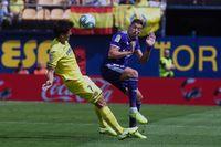Alcaraz disputa un balón en el duelo contra el Villarreal.