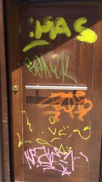 Con los grafiteros a punto de colarse en su cama