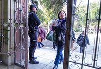 elecciones generales, , repetición de las eleccionres generales, gente votando policia nacional en los colegio electorales vigilando