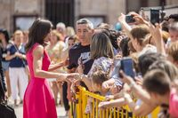 Sonrisas, saludos y selfis con las decenas de personas congregadas alrededor del espacio y en medio de gritos que coreaban su nombre y añadían apelativos «¡Letizia, guapa!».