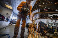 taler de chapa y pintura, gente trabajando en el taller de coches de chapa y pintura Sanchez Muñoz, foto del dueño SebastÁan garcÁa, trabajo, empleo, paro,