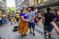 baile de swing por las calles de ciudad real, gente bailando swing por ciudad real