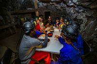 encierro de 11 persionas en el interior de la mina de mercurio de Almadén durante 11 dÁas, para protestar por la situción economica y de comunicaciones de la comarca de Almadén, con la cisita de unos turistas al interio de la mina