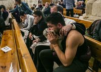Procesión del Nazaréno de San Pedro suspendia por la lluvia en la noche del Jueves Santo, Semana Santa, costaleros llorando