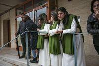Procesión suspendia del Jueves Santo, gente llorando, costaleros y nazarenos llorando en el guarda pasos, semana santa, lluvia