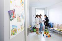 Programa de voluntariado de la Fundación ANAR en el Hospital General de Segovia. De izquierda a derecha, la subdirectora de Enfermería del Hospital General y coordinadora de los proyectos con asociaciones y ong's, Laura Callejo;
