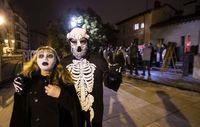 Por las calles de Burgos hubo más disfraces que público en los mítines de inicio de campaña.