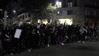 Ultras concentrados en la parte alta de Barcelona bajan al centro de la ciudad por la calle Balmes