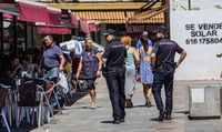 policia local y nacional, vigilando y patrullando durante el baile del vermut en la feria de agosto de ciudad real en la plaza mayor