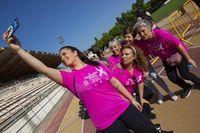 Miles de personas participan en la Carrera Rosa de Amuma