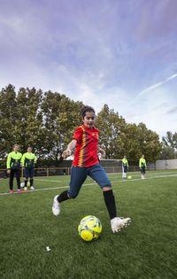 Pases y remates a puerta durante un entrenamiento de la categoría alevín. Ahora las futbolistas admiran a jugadoras de la selección.