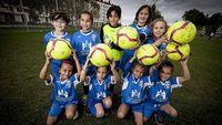Las jugadoras de la categoría prebenjamín, escuadra de nueva creación, sujetan con una sonrisa los balones sobre el césped de los campos de la Universidad de Burgos.