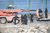 Operativo de la Guardia Civil baja a los migrates aferrados a la valla.