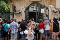 Gente a las puertas de la sede de la SGAE donde se encuentra instalada la capilla ardiente del cantante Camilo Sesto, un dÁa después de su fallecimiento, el 8 de septiembre de 2019.
