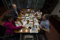 El jurado, con las imágenes de las 40 localidades participantes sobre la mesa.