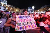 Camela cuelga el cartel de completo en la Plaza Mayor