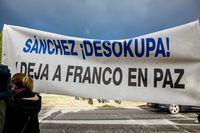 Un grupo de manifestantes franquistas ha desplegado una pancarta con la frase 'Sánchez Â¡desokupa!, deja a Franco en Paz' momentos antes de la exhumación de los restos de Francisco Franco.