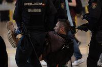 Concentración de manifestantes en el Aeropuerto de Barcelona-El Prat tras conocerse la sentencia del 'procés'