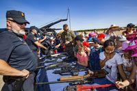 jornadas de puertas abiertas en la base de helicóipteros de Almagro, con la participación de la guardia Civil, Policia Nacional y los GEO, desmostración aerea de un helicoptero Tigre, y fotos de los 4helicopteros Tigre que van a Sevilla al desfile de l