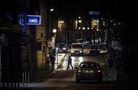 Pasos de peatones poco iluminados en la calle Nicolás Rabal.