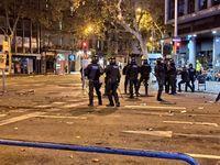 La policÁa dispersa en Barcelona el cruce de la plaza Urquinaona y la calle Pau Claris tirando proyectiles foam, en el sexto dÁa de protestas por la sentencia del proceso independentista