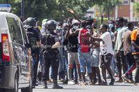 Los inmigrantes del asentamiento protestan en las calles