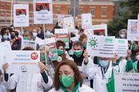 Concentración de sanitarios contra el decreto de la Junta