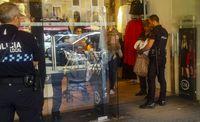 robo de ropa en un comercio o tienda de ciudad real, en la plaza mayor, actua la policia local y policia nacional, robos, robo, delincuencia