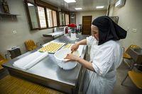 reportaje en el convento de las Carmeliitas, con las monjas carmelitas que eleboran y venden dulces, pastas, mantecados magadalenas etc para sufragar los  gastos del convento