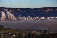 complejo de Repsol de Puertollano con niebla, nieblas, repsol, cojmplejo petroquimico