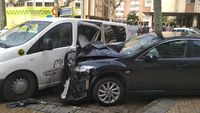 Brutal colisión de uno de los turismos implicados contra una furgoneta estacionada a la altura de Villa Pilar.