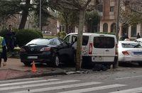 El Mazda 6 de color oscuro que chocó contra el taxi acabó empotrado contra una furgoneta de una floristería que estaba aparcado en la margen izquierda de la vía.
