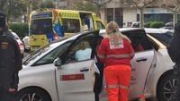 Momento en el que el personal sanitario atendía a la conductora del taxi que fue embestido por detrás.