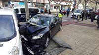 La parte delantera del Mazda 6 ha acabado destrozada tras el doble impacto.