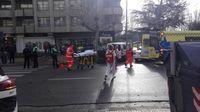 Momento en el que la conductora del taxi era evacuada del lugar para ser trasladada en ambulancia al HUBU.